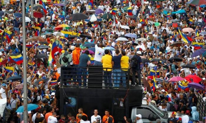 Manifestantes da oposição participam de marcha contra governo Maduro em Caracas Foto: CHRISTIAN VERON / REUTERS