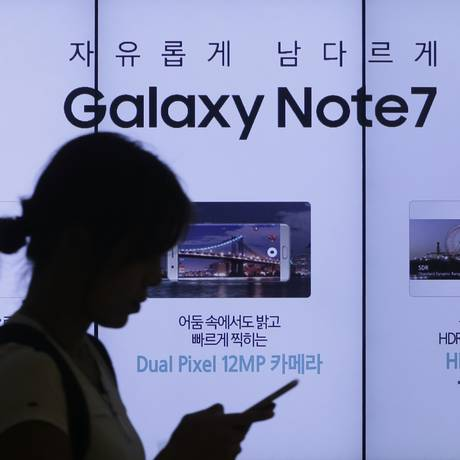 Uma mulher passa por um anúncio do smartphone Galaxy Note 7 da Samsung Electronics, no showroom da empresa em Seul, Coreia do Sul Foto: AP