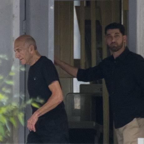 Ehud Olmert a prisão bastante magro, vestindo uma camiseta e calça pretas Foto: Ariel Schalit / AP
