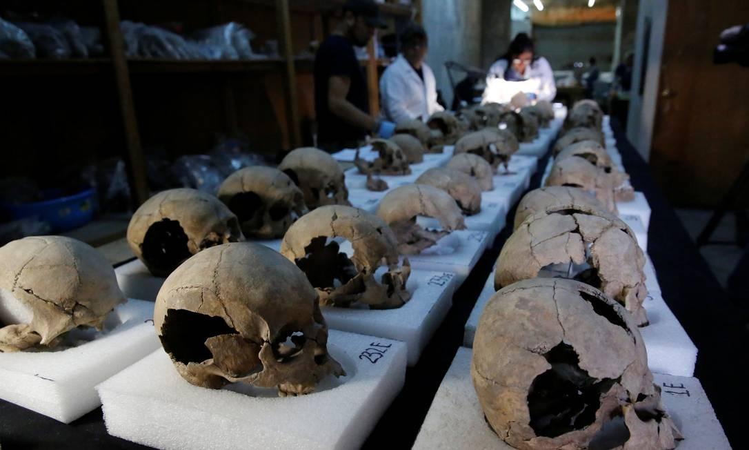 Com o avanço das escavações, parte dos crânios são retirados para análises dos pesquisadores Foto: HENRY ROMERO / REUTERS