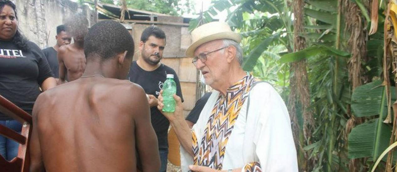 O padre, que usa uma vestimenta africana, escuta as histórias dos usuários de crack sem recriminá-los Foto: Debora Lopes / Casa do Menor / Divulgação