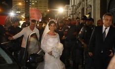 Manifestação em frente a igreja do Carmo, onde esta se realizando o casamento do Barata Foto: Marcos Tristão / Agência O Globo