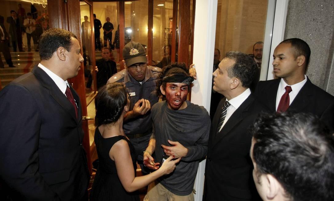 No Copacabana Palace, teve manifestante ferido durante a festa de casamento Hudson Pontes / Agência o Globo