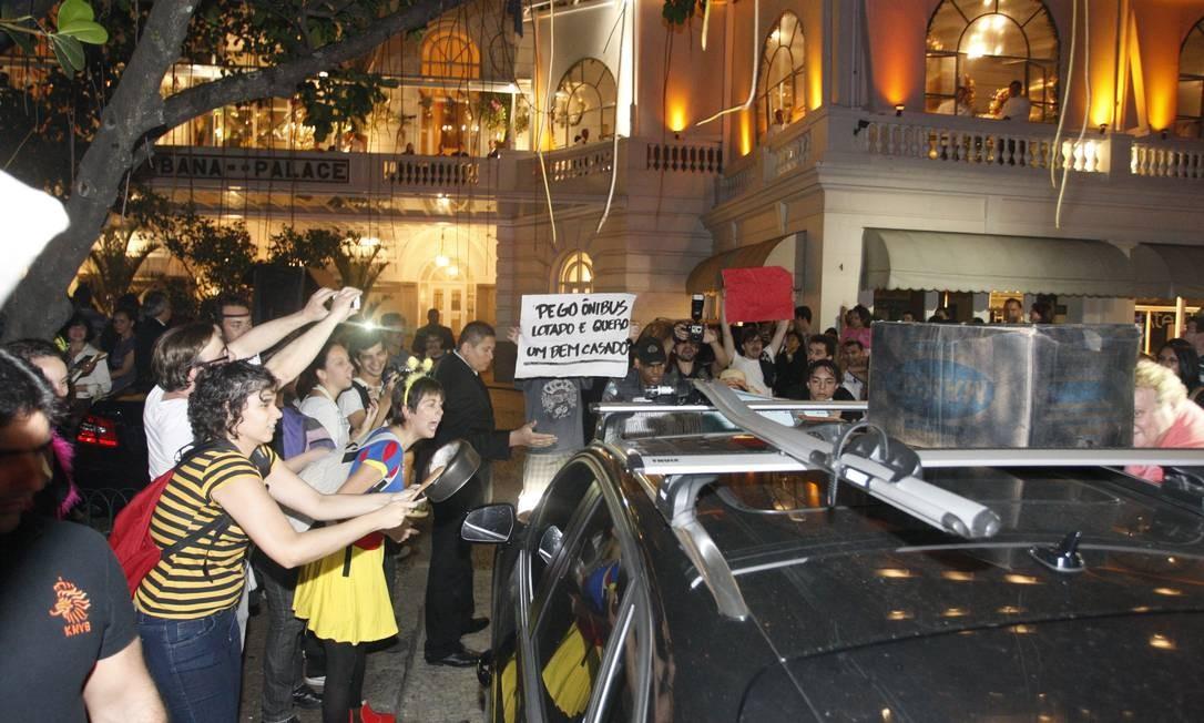 Dezenas de pessoas, muitas fantasiadas, foram à entrada do famoso hotel do Rio Marcos Tristão / Agência O Globo