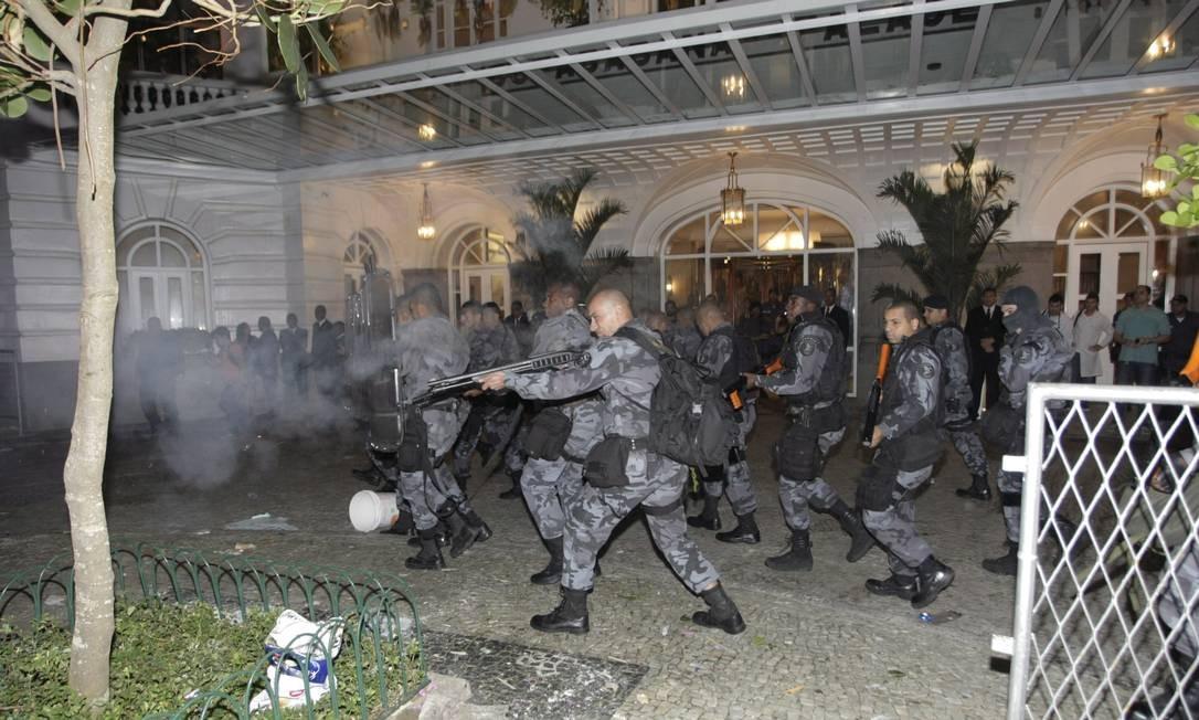 O Batalhão de Choque dispersou os manifestantes que estava à frente do Copacabana Palace, onde ocorreu a festa Hudson Pontes / Agência o Globo