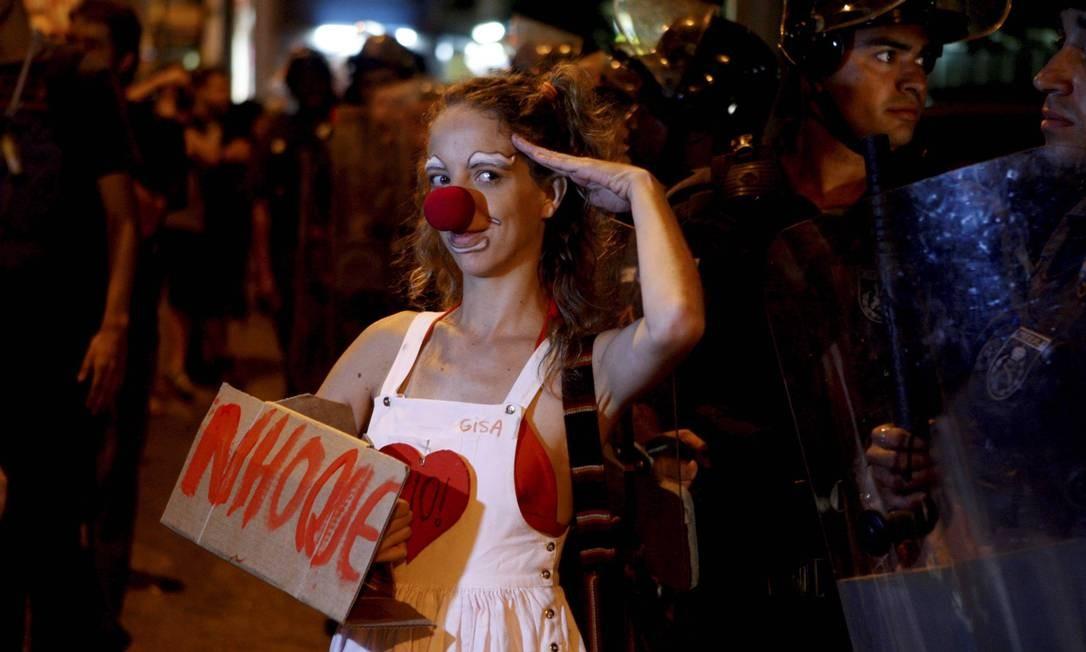 Manifestantes foram fantasiados ao casamento da filha de Jacob Barata Gustavo Stephan / Agência O Globo