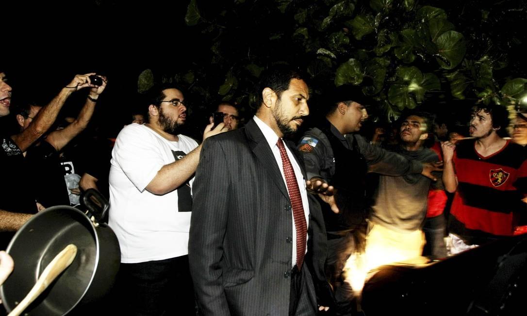 Policial do Batalhão de Choque separa manifestantes de um convidado Hudson Pontes / Agência o Globo