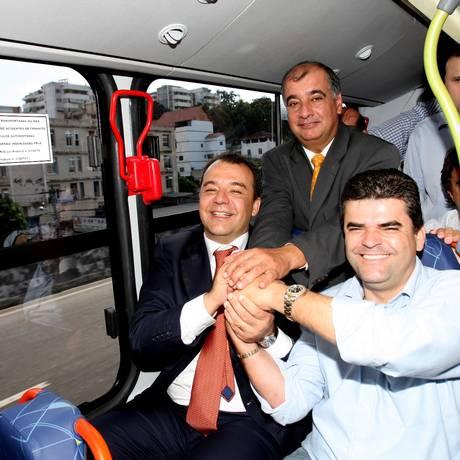 O ex-presidente do Detro, Rogério Onofre (de gravata amarela), com Sérgio Cabral, em 2008, na inauguração de uma linha de ônibus entre a Barra e Caxias (em primeiro plano, o então prefeito de Caxias Washington Reis) Foto: Domingos Peixoto/30-6-08 / O Globo