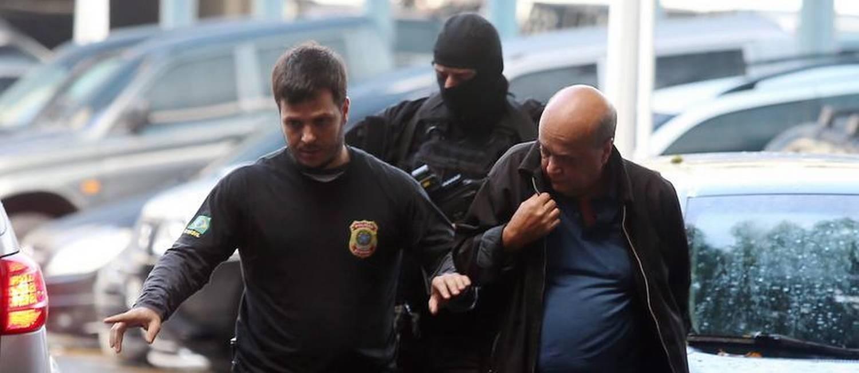 Ponto Final: Preso em desdobramento da Lava-Jato no Rio chega à sede da Polícia Federal Foto: Fabiano Rocha / Agência O Globo