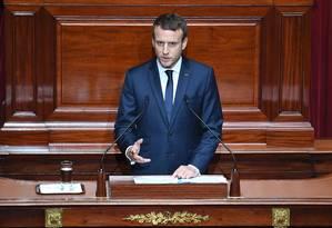 O presidente francês, Emmanuel Macron, discursa no Palácio de Versalhes Foto: ERIC FEFERBERG / AFP