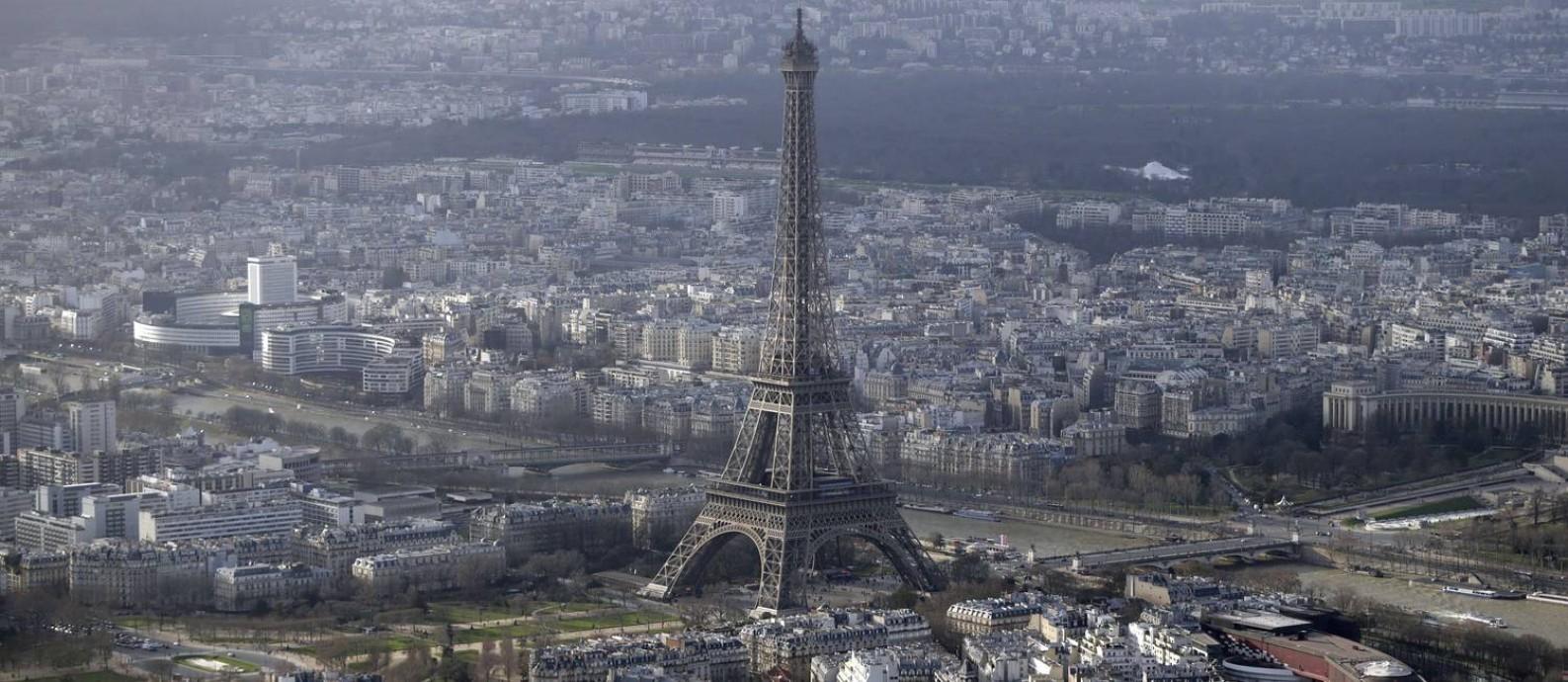 Vista aérea de Paris, com a Torre Eiffel em destaque Foto: KENZO TRIBOUILLARD / AFP
