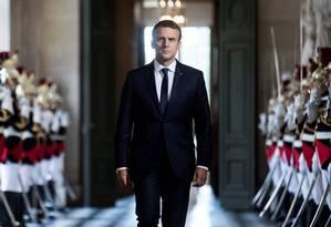 Marcha solitária. Macron caminha pelo Palácio de Versalhes antes do primeiro discurso ao Congresso; centrista quebrou protocolo e falou antes do premier Foto: ETIENNE LAURENT / AFP