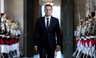 Macron caminha pelo Palácio de Versalhes Foto: ETIENNE LAURENT / AFP