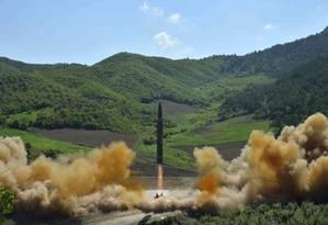 Coreia do Norte divulga imagem de lançamento de míssil apontado como Hwasong-14, intercontinental, no dia 4 de julho Foto: AP