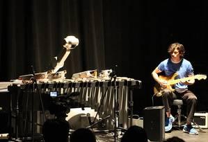 Shimon tocando com o seu criador, Mason Bretan Foto: DIVULGAÇÃO