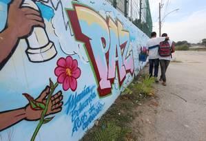Muro da E.M. Jornalista Daniel Piza, em Acari, onde morreu estudante Maria Eduarda Foto: Fabiano Rocha / Agência O Globo