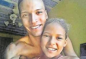 Bala perdida: Vanessa ao lado do irmão Foto: Reprodução