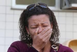 Tia da menina de 10 anos, que foi morta por bala perdida, desabafou no IML Foto: Guilherme Pinto / Agência O Globo