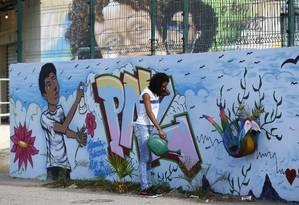Mensagem de paz no muro grafitado da escola onde estudava a Maria Eduarda, que vítima de bala perdida enquanto fazia educação fisica (16/05/2017) Foto: Pablo Jacob / Agência O Globo