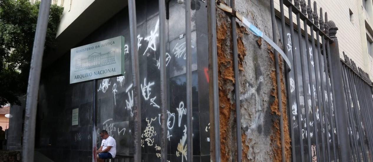 Com paredes pichadas, Arquivo Nacional sofre com cortes: segundo associação de servidores, terceirizados já foram cortados para economizar Foto: Custódio Coimbra / Agência O Globo