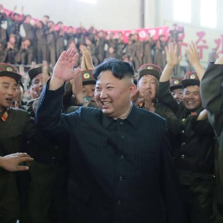 Celebração. Kim Jong-un reage a teste com míssil bem-sucedido com cientistas; lançamento inaugurou escalada de tensões inédita com os Estados Unidos Foto: KCNA / REUTERS