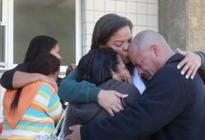 Pai da menina Vanessa, de 10 anos, morta por bala perdida, chora abraçado a outros parentes Foto: Guilherme Pinto - 05/07/2017 / Agência O Globo