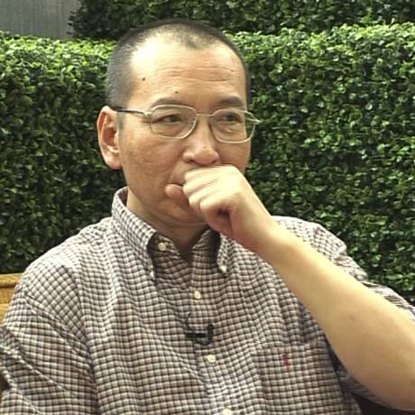 Liu Xiaobo fala durante uma entrevista em 2008 antes de sua prisão em Pequim, na China Foto: AP