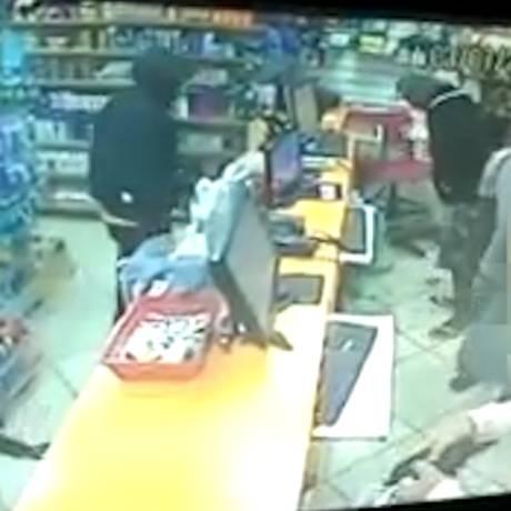 Homens renderam funcionários e roubaram R$ 800 do caixa Foto: Reprodução