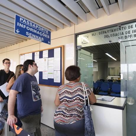 Fila no posto de emissão e retirada de passaportes da Polícia Federal do Aeroporto Internacional Tom Jobim (Galeão). Foto: Márcio Alves / Agência O Globo Foto: Márcio Alves / Agência O Globo/28-6-2017