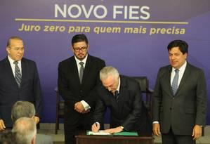 Presidente Michel Temer assina medida provisória do Novo Fies em julho de 2017 Foto: Ailton de Freitas / Agência O Globo