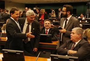 Sérgio Zveiter, relator da denúncia contra Temer na CCJ, ao lado dos deputados Chico Alencar e Carlos Marun Foto: Givaldo Barbosa / Agência O Globo