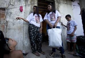 Destino incerto. A mãe de Vanessa, Adriana Santos, com a sacola de roupas nas mãos diante da casa na Favela Camarista Méier onde a filha foi morta por uma bala perdida na cabeça: 'Moro aqui há 16 anos. Mas estou com medo' Foto: Márcia Foletto / O Globo