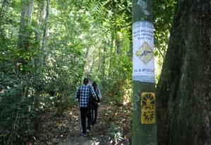 Área de risco. Cartazes alertam para risco de assaltos na trilha: anteontem, turista polonês que caminhava no local foi atacado e ferido com o próprio canivete Foto: Guilherme Pinto / Agência O Globo