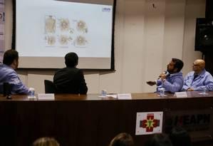 Médicos mostram exames durante entrevista sobre o estado de saúde do bebê Arthur Foto: Fabiano Rocha / Agência O Globo