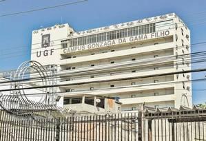Campus fechado. A unidade está desocupada e com pichações em diversos pontos Foto: Analice Paron / Agência O Globo