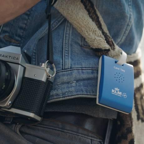 O KLM Care Tag pode ser preso na mochila, bolsa ou roupa do viajante Foto: KLM / Divulgação