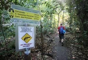 Aviso de risco de assaltos na trilha que leva ao Corcovado Foto: Guilherme Pinto / Agência O Globo