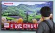 Em Seul, sul-coreanos observam na TV teste de míssil balístico pelo vizinho do Norte