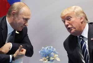 Putin e Trump conversam em reunião durante encontro do 620 em Hamburgo, na Alemanha Foto: MIKHAIL KLIMENTIEV / AFP