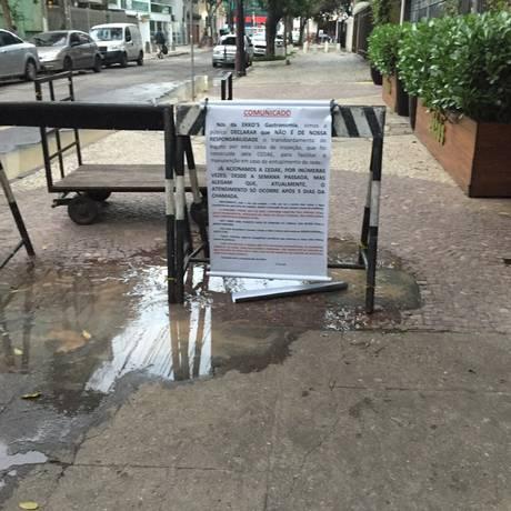 Vazamento na Rua Vicente de Sousa, em Botafogo Foto: Leitora Cláudia Santos