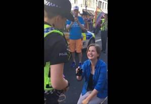 Namorada pede policial em casamento durante Parada Gay de Londres Foto: Reprodução Twitter