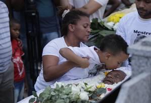 Centenas de moradores da comunidade participaram do enterro Foto: Roberto Moreyra / Agência O Globo