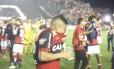 Everton e outros jogadores do Flamengo tentam se proteger do gás de pimenta