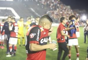 Everton e outros jogadores do Flamengo tentam se proteger do gás de pimenta Foto: Antonio Scorza / Agência O Globo