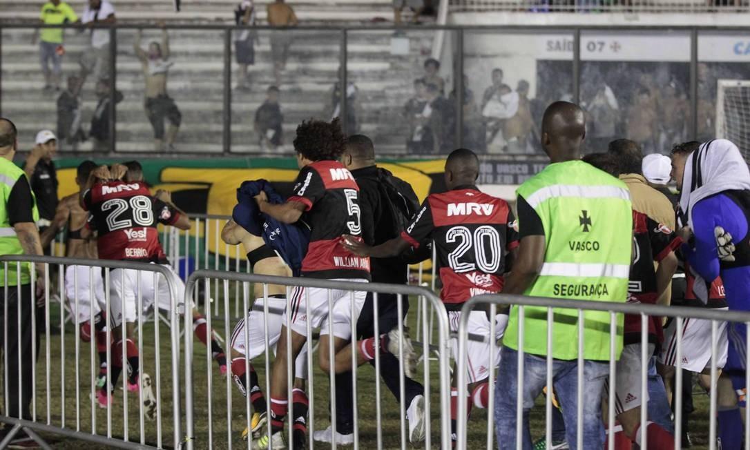 Saída do Flamengo de campo teve momentos de tensão por conta de objetos atirados pela torcida do Vasco Foto: Guito Moreto / Agência O Globo