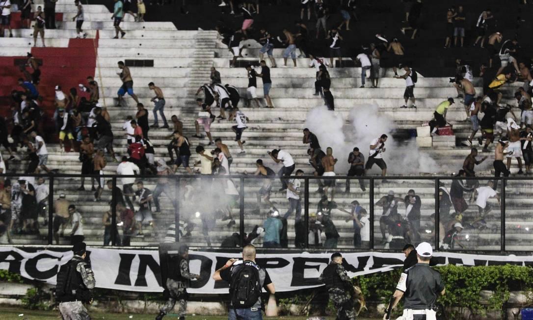 Ação da polícia desencadeou correria na arquibancada de São Januário Guito Moreto / Agência O Globo