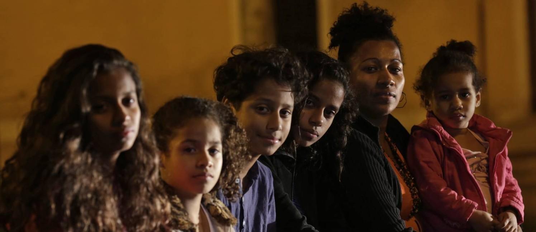 Rita de Cássia dos Santos Souza, com cinco de seus seis filhos: ela precisa da ajuda de vizinhos para alimentar as crianças Foto: Gustavo Miranda / Agência O Globo
