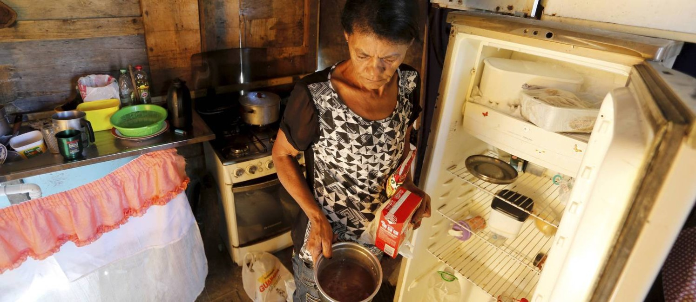 Maria de Fátima Ferreira perdeu o emprego e agora enfrenta dificuldades para colocar comida na mesa de casa Foto: Domingos Peixoto / Agência O Globo