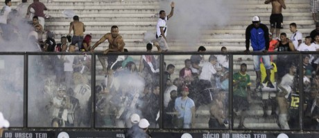 Briga nas arquibancadas de São Januário manchou clássico entre Flamengo e Vasco: violência continuou fora do estádio Foto: Guito Moreto / Agência O Globo
