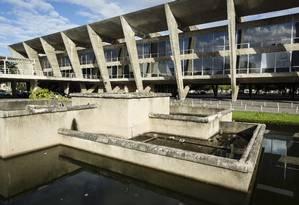Degradado. Lago do Museu de Arte Moderna está abandonado, com pouca água e acumula lixo Foto: Fernando Lemos / Agência O Globo
